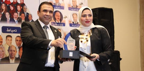 المهندس مدحت بركات رئيس حزب أبناء مصر يكرم الدكتورة رحاب غزالة