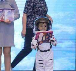 تكريم طفل مصرى يحلم بالسفر إلى القمر